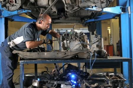オート メカニック作業車の下 - メカニックの一連の関連のイメージ 写真素材