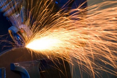 kıvılcım: Kaynak çelik izole ederken İşçi yapma kıvılcım - METAL SANAYİ görüntüleri bir dizi