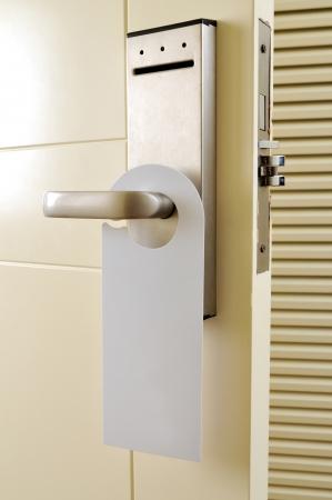 tocar la puerta: Una etiqueta de vac�o en la manija de la puerta de su texto Foto de archivo