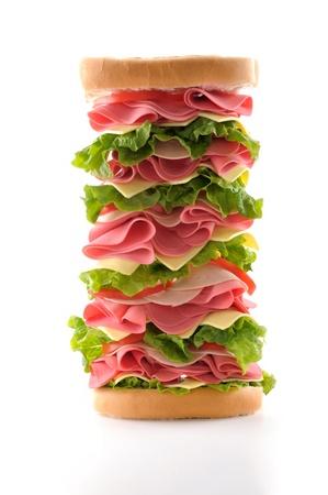 ham sandwich: Prosciutto panino sano e grande con lattuga, pomodoro e formaggio isolato su sfondo bianco.