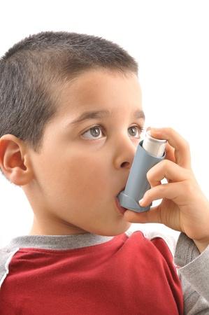 asthme: Gar�on mignon avec des probl�mes respiratoires ou d'asthme
