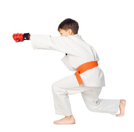 sports form: Un combattente di aikido ragazzo in kimono bianco mostra di arti marziali Archivio Fotografico