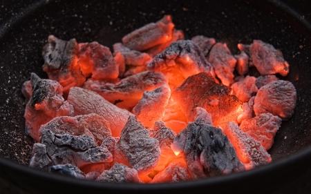 Red hot brennen Holzkohle Grillen vorbereiten.Bbarbecue Gril.Weiche focus.l