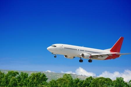 Grote jet passagiersvliegtuig nadert voor de landing Stockfoto
