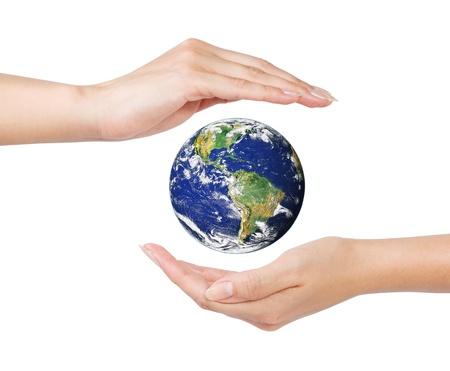 mains ouvertes: mains d'une femme ouverts autour de la Terre sur fond blanc