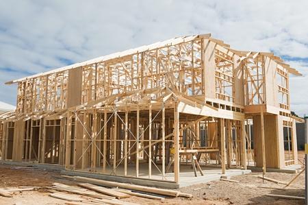 Nouvelle construction de maisons résidentielles cadrage contre un ciel bleu. Éditoriale