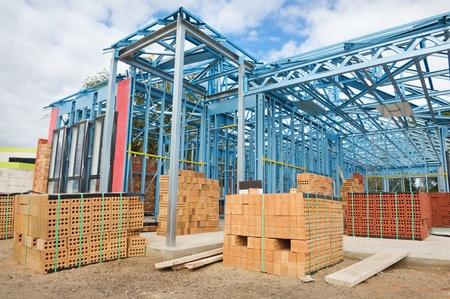 Nouveau cadrage résidentiel de construction métallique à domicile contre le ciel bleu Éditoriale
