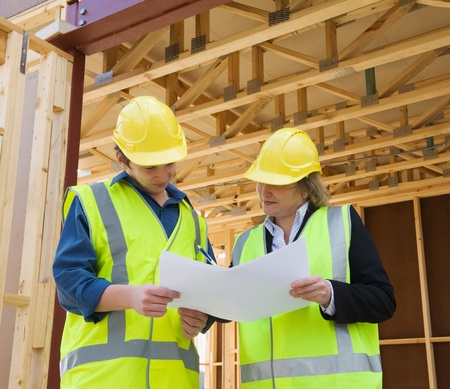 ingeniero civil: ingeniero civil y los trabajadores discutir temas en el sitio de la construcci�n