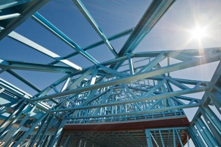 materiales construcci�n: Nueva casa residencial de la construcci�n de metal enmarcado contra un cielo azul