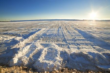 evaporacion: montón de sal en la superficie del lago de sal al atardecer Foto de archivo