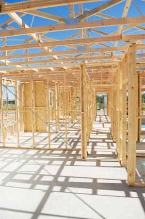 青い空を背景の新しい住宅建築家木製フレーミング