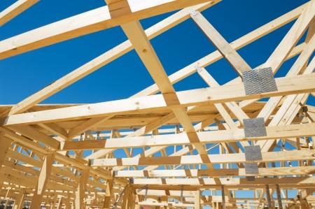 woonwijk: Nieuwe woningbouw huis inlijsten tegen een blauwe hemel Stockfoto