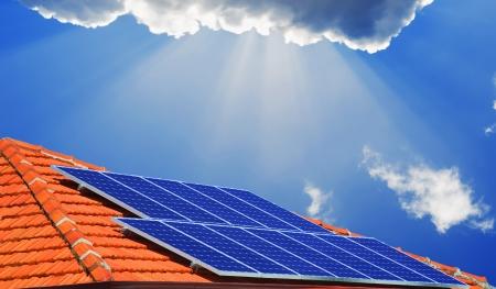 energia solar: Los paneles solares en el tejado de la casa moderna