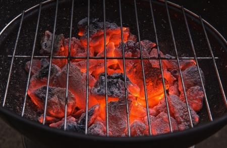 赤く熱く燃えてる炭火焼きの準備