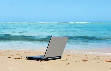 educacion gratis: port�til en la playa como una idea independiente? Foto de archivo
