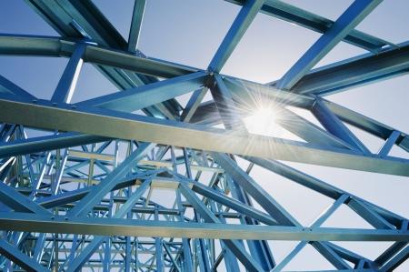 estructura: Nuevo hogar bajo construcci�n con estructuras de acero contra un cielo soleado.