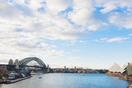 海からシドニーのハーバー ブリッジ ビュー