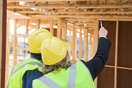 ingeniero civil: ingeniero civil y trabajador discusión de temas en el sitio de construcción Foto de archivo
