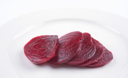 betabel: rodajas de remolacha cocida en un plato blanco