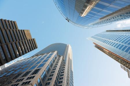 シドニーの高層ビルに囲まれた空を見る
