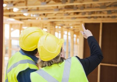 ingeniero civil: ingeniero civil y trabajador discusi�n de temas en el sitio de construcci�n Foto de archivo