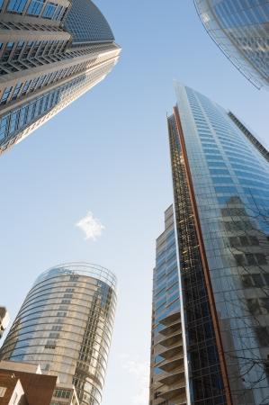 シドニーの高層ビルに囲まれて空に表示します。
