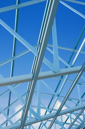 materiales de construccion: Nueva casa residencial construcción de metal enmarcado contra un cielo azul