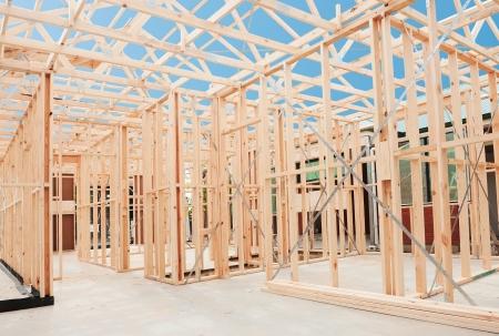 Nouvelle maison de construction résidentielle cadrage contre un ciel bleu