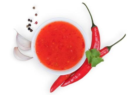 白い背景で隔離赤い辛味ソースかけ