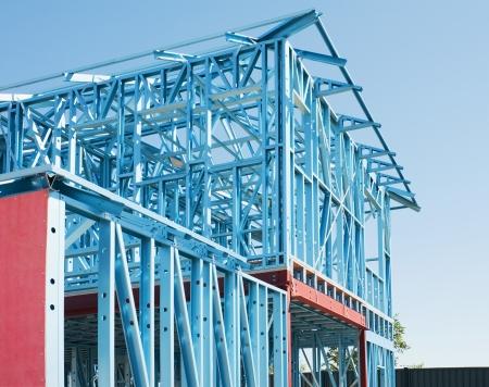 Nouveau cadrage résidentiel de construction métallique à domicile contre un ciel bleu Banque d'images