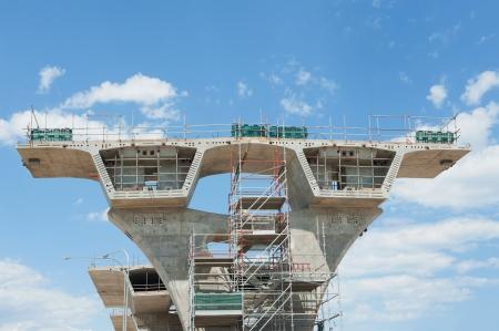 andamios: fragmento de vista de la carretera en reconstrucci?n Editorial