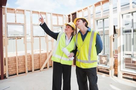 ingeniero civil: ingeniero civil y trabajador debatir cuestiones en el sitio de construcci?n