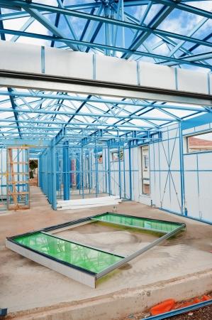 Nouvelle maison en construction avec des cadres en acier avec isolation