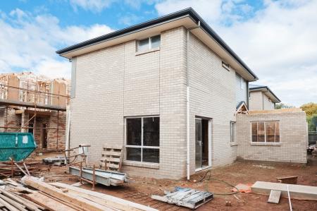 青い空を背景に建設中の新しい家