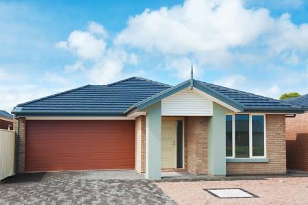 exteriores: típica fachada de una casa suburbana moderna
