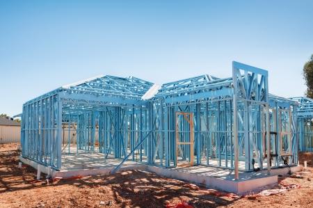 工事中青空に対して鋼鉄フレームを使用して新しい家