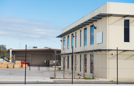 産業倉庫およびワーク ショップでリアのプランでの近代的なオフィスビル
