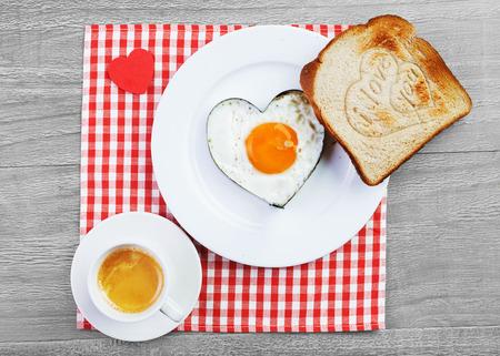 ハートと愛のメッセージ付きのトーストに目玉焼き。愛する人のための朝食