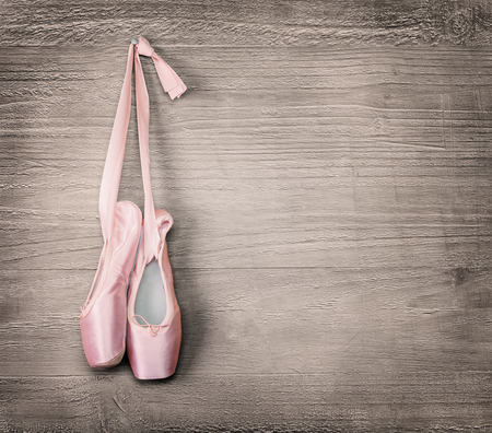 New pink ballet shoes hanging on wooden background Vintage style  Banque d'images