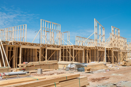 Nueva construcción de viviendas enmarcado en casa contra un cielo azul. Foto de archivo - 31887197