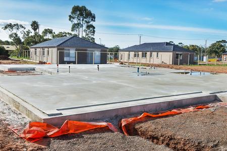 uitzicht op de bouwplaats en het huis stichting in voorbereiding