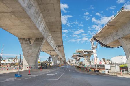トラフィックを増やすためのいくつかのレベルで建設中の道路 写真素材
