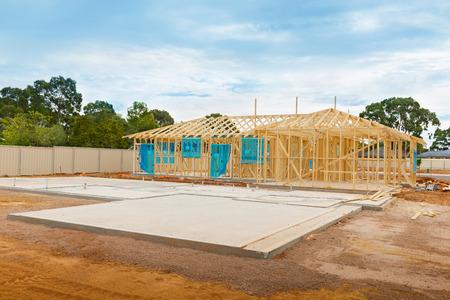 materiales de construccion: vista del sitio de construcci�n y fundaci�n de la casa en proceso de preparaci�n