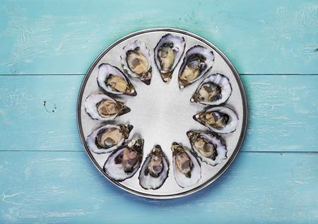 ostra: docena de ostras frescas en la cocina especial y servir en bandeja de metal