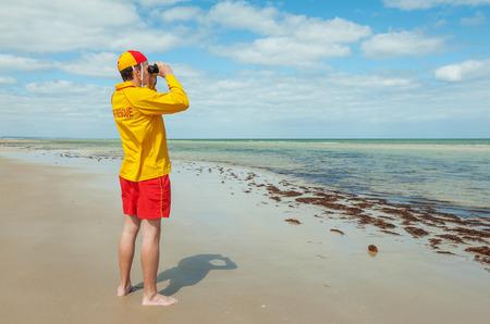 바다에 상황을보고 보호기 젊은 남자의 인생 스톡 콘텐츠
