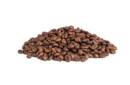 frijoles: Montón de café tostado en grano aislado en el fondo blanco