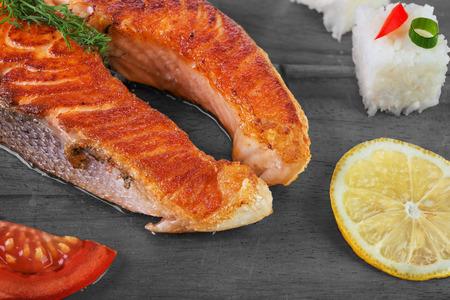 aliments: Saumon grill� avec des l�gumes et du riz sur fond de bois