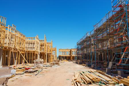 푸른 하늘에 대 한 비계의 집 건설 현장