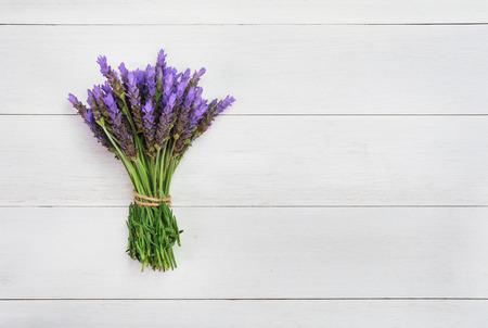 bundle of lavender flowers on on vintage wooden background Imagens