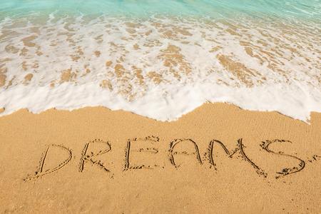 夢 - 砂のビーチの休暇のメッセージやコンセプトを旅行